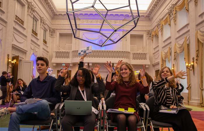 Middelbare scholieren debatteren in de Tweede Kamer over klimaat en gelijkheid