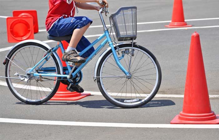 Kinderen met de fiets naar school
