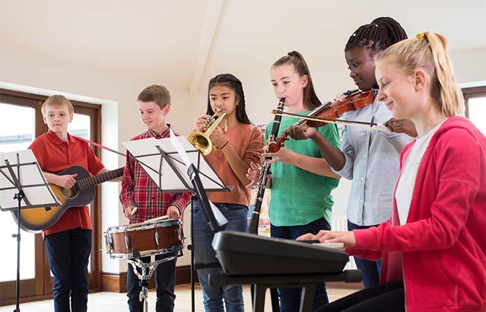 Presentatoren Eurovisie Songfestival helpen docenten met het geven van muzieklessen