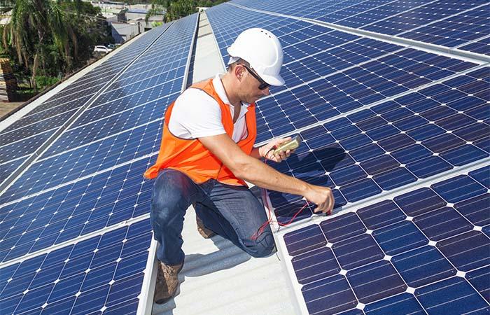 Zonnepanelen op daken van schoolgebouwen